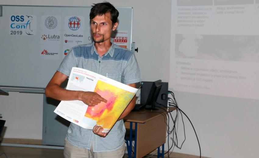 Juraj Beták prezentuje (Lepšia kartografia s QGISom: prípadová štúdia Global Solar Atlas) na konferencii OSSConf 2019, foto: Robert Doležal
