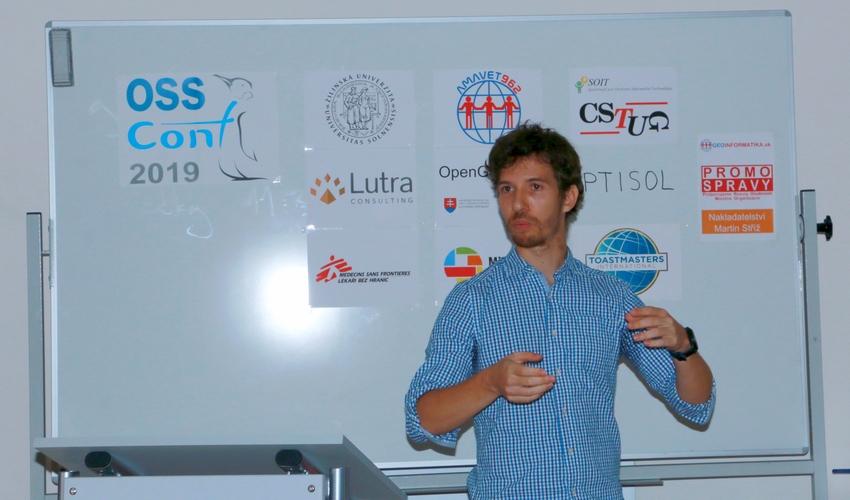 Martin Dobiaš prezentuje (Za oponou úspešného open source GIS projektu) na konferencii OSSConf 2019, foto: Robert Doležal