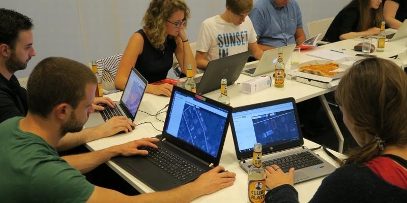 V máji 2016 sa v Prahe uskutočnil prvý Missing maps mapathon v Českej republike. Dvadsať dobrovoľníkov za jeden večer zmapovalo časť mesta Bunia na východe D. R. Kongo, ktoré je ohrozené epidémiou cholery, foto: lekari-bez-hranic.cz